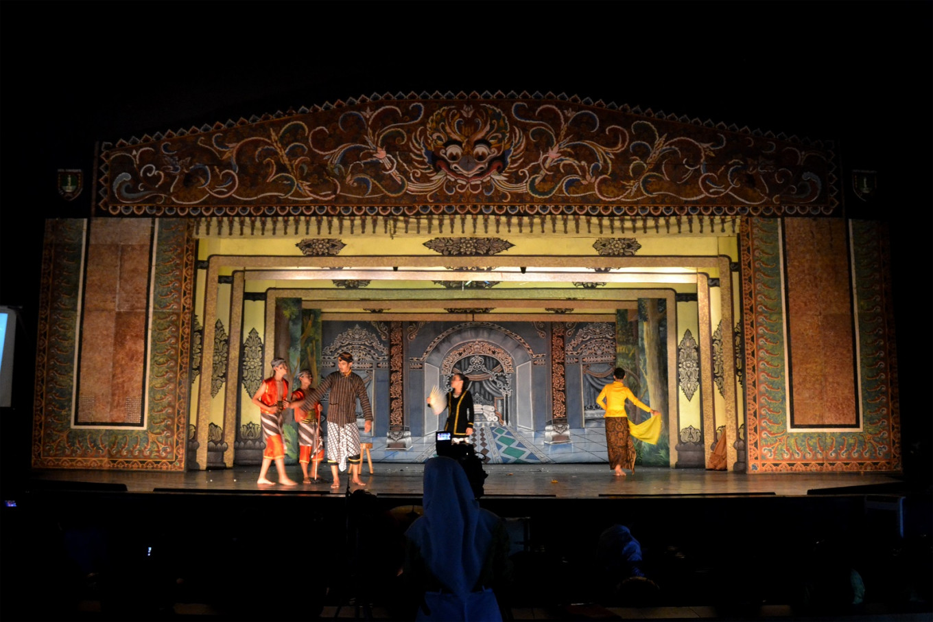 Students of SMPN 4 Surakarta junior high school light up the Wayang Orang Sriwedari stage on Feb. 14 with their 'wayang orang' and 'ketoprak' performances in Surakarta, Central Java. The show was an exam for three arts and culture subjects.