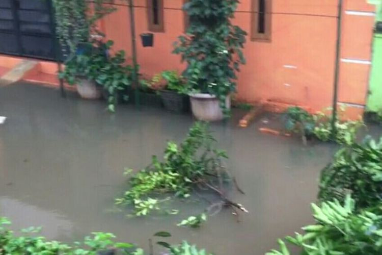 Sheet pile collapse causes flooding in Depok residential area