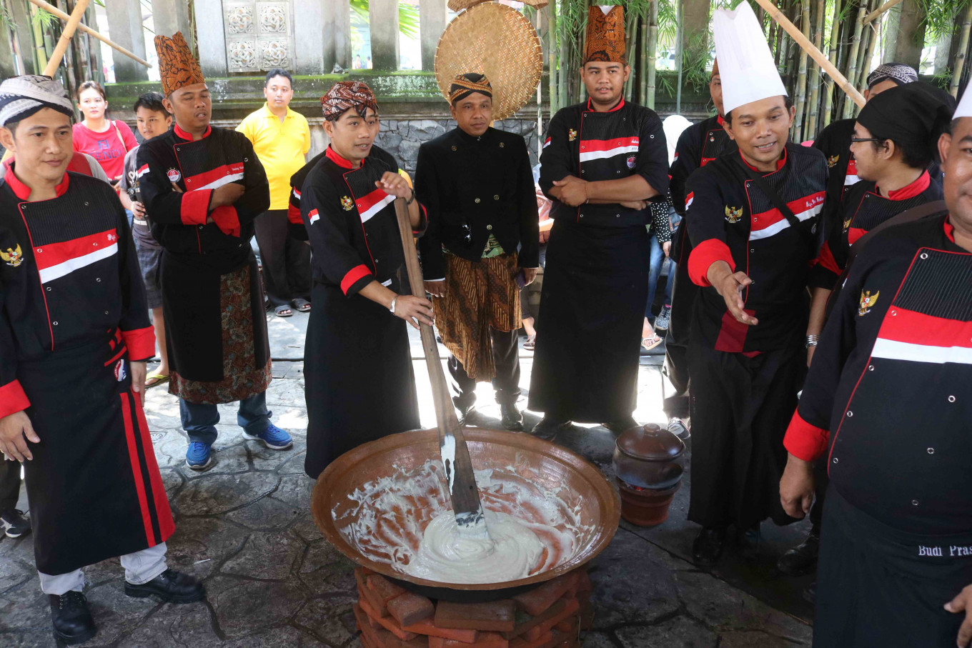 Collective cooking: Traditional chefs cook the jenang. JP/Maksum Nur Fauzan