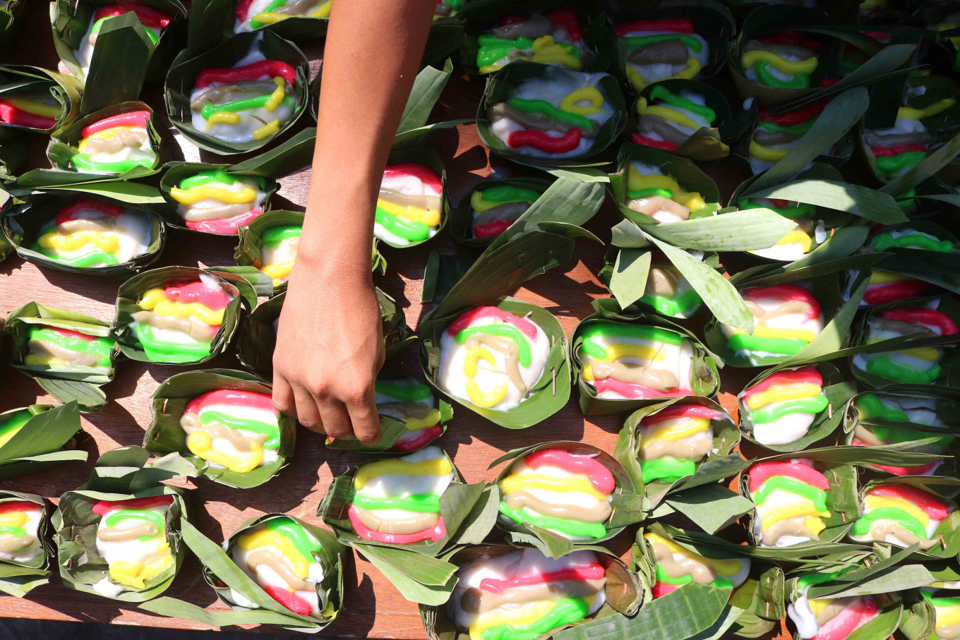 Portions of jenang served in leaves are prepared for residents during the Semarak Jenang Solo event to celebrate the 274th anniversary of Surakarta, Central Java, Sunday. JP/Maksum Nur Fauzan