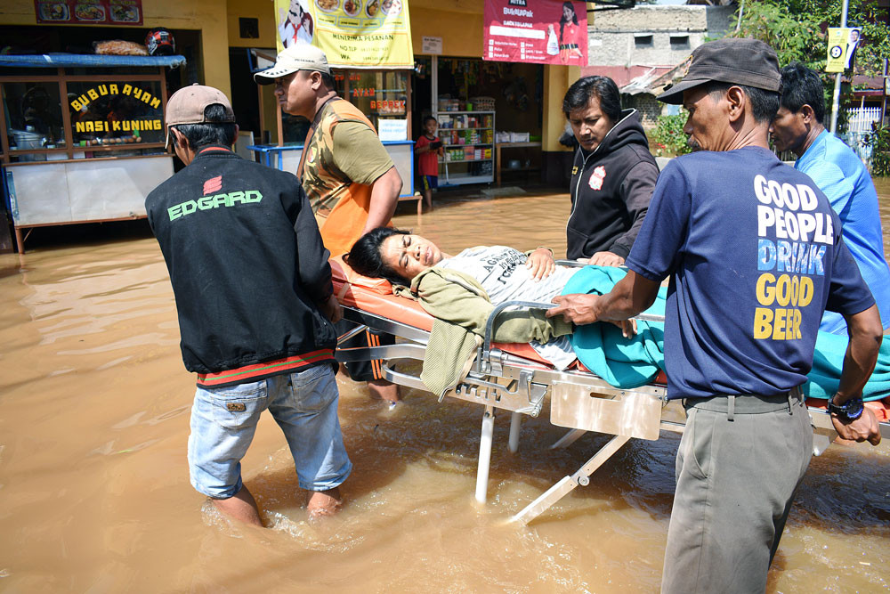 Thousands surrounded by floods across Java
