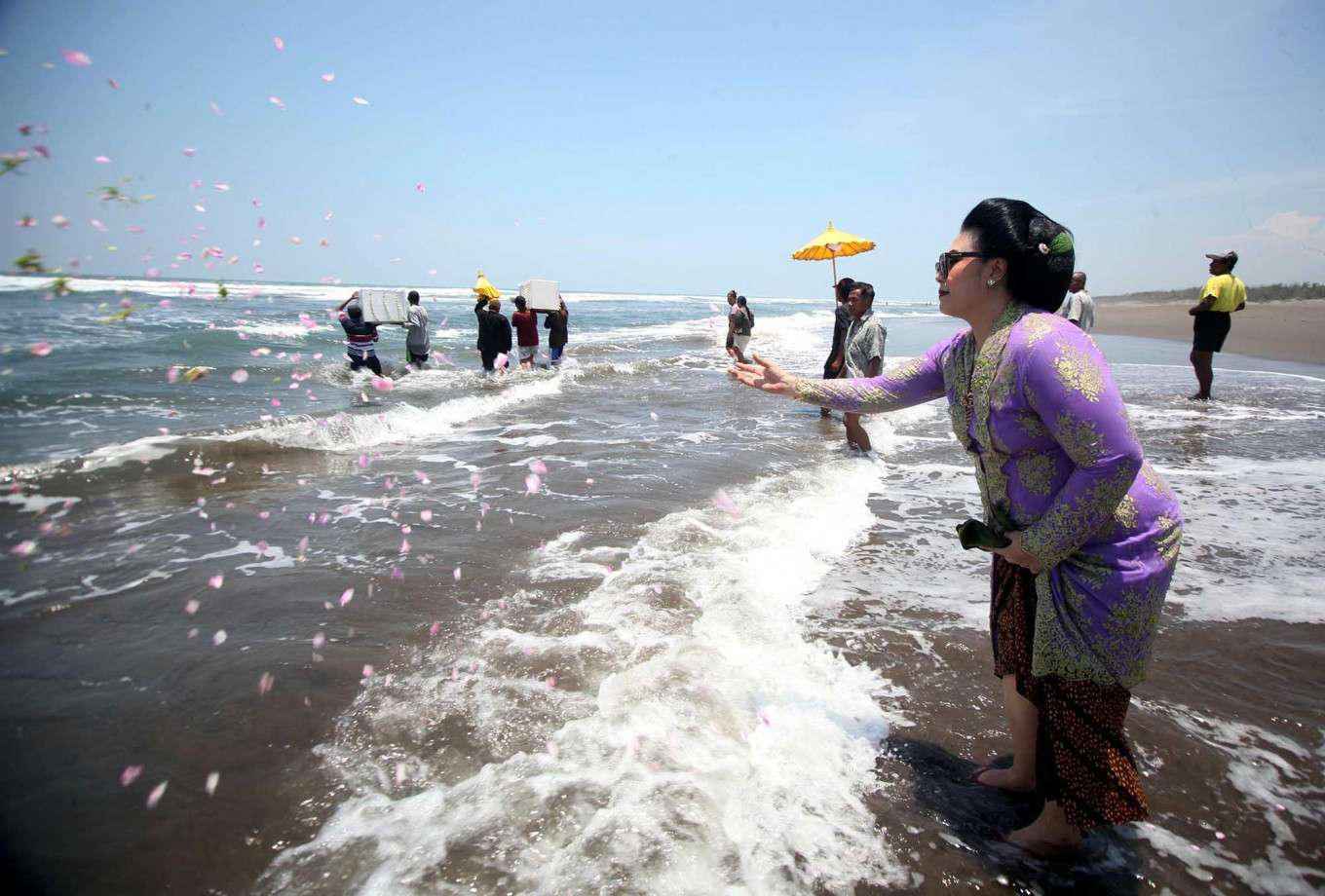 Devotion: Pakubuwono XII's daughter GKR Koes Indriyah throws flower petals into the sea at Parang Kusumo Beach. JP/Boy T Harjanto