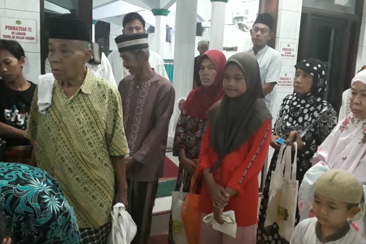 Mosque in North Jakarta provides rice machine for the poor