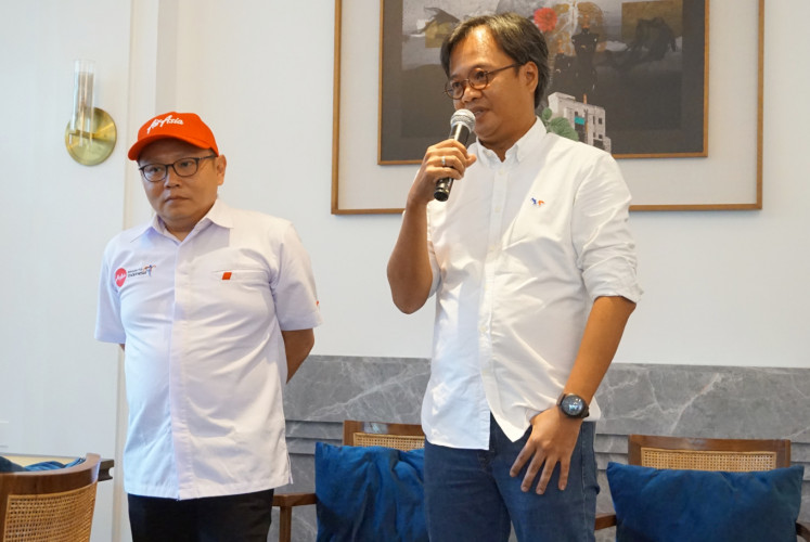 Dendy Kurniawan, president director of AirAsia Indonesia (right), poses with Rifai Taberi, AirAsia Indonesia commercial director (left), during press conference on March 4 in South Jakarta.