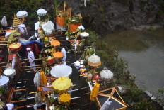 Hindu celebrants tidy up their offerings before starting the Melasti ceremony. JP/Aman Rochman