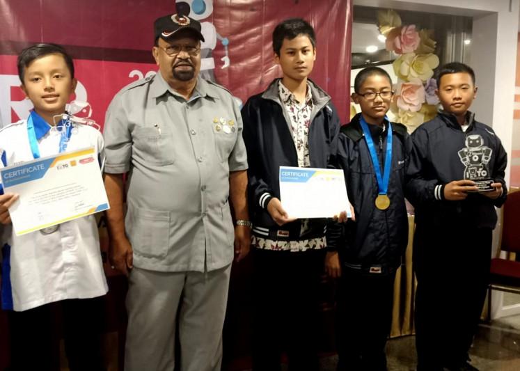 Zikry Azizy Aljava (paling kiri) terlihat saat pengumuman pemenang dalam kategori Transporter. (Atas perkenan IRTC / File)