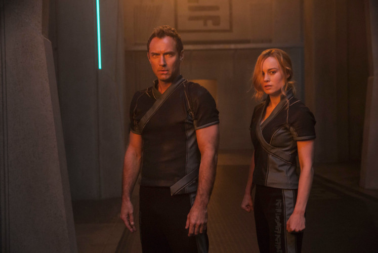 Vers (right, played by Brie Larson) is trained by Starforce commander Yon-Rogg (left, Jude Law)