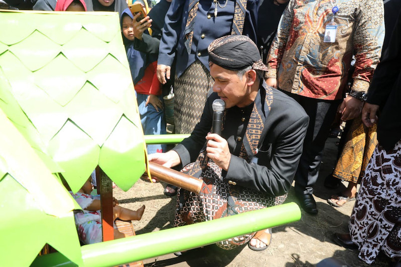 Cilacap residents pay taxes with traditional parade