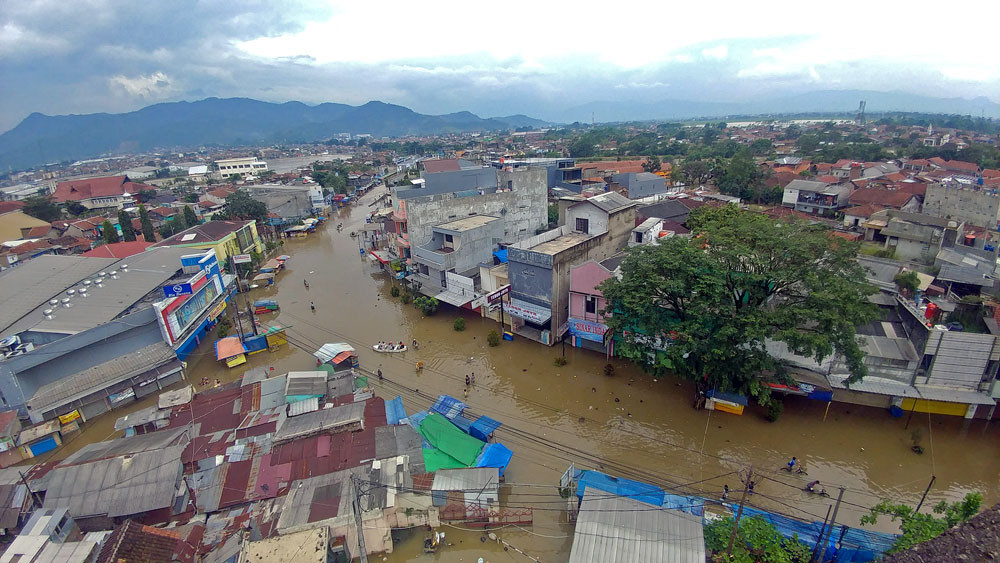 One dies, hundreds flee their homes as floods inundate Bandung