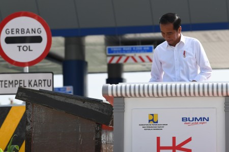 Jokowi urges ministers to increase capital expenditure, cut goods procurement