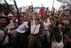 Indonesian fighters erupt in joy after retaking Yogyakarta. JP/Boy T. Harjanto
