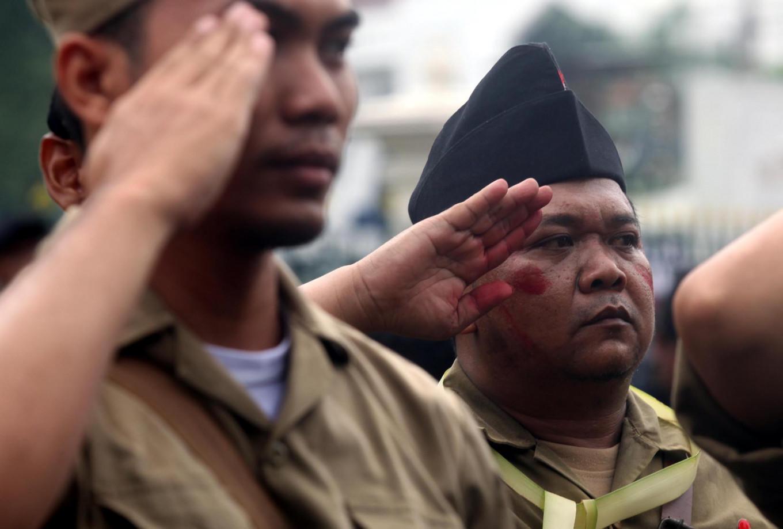 Revolutionary war reenactors give a salute after recapturing Yogyakarta. JP/Boy T. Harjanto