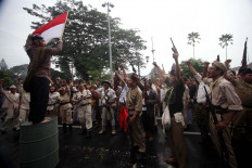 An Indonesian fighter waves the country's red-and-white flag while others cheer the victory. JP/Boy T. Harjanto