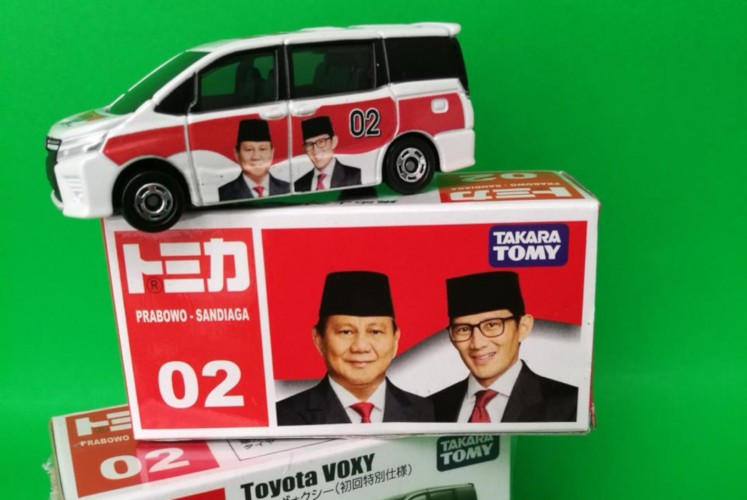 The Prabowo-Sandiaga edition of the die-cast Tomica Toyota Voxy sold by Big Apple Store.