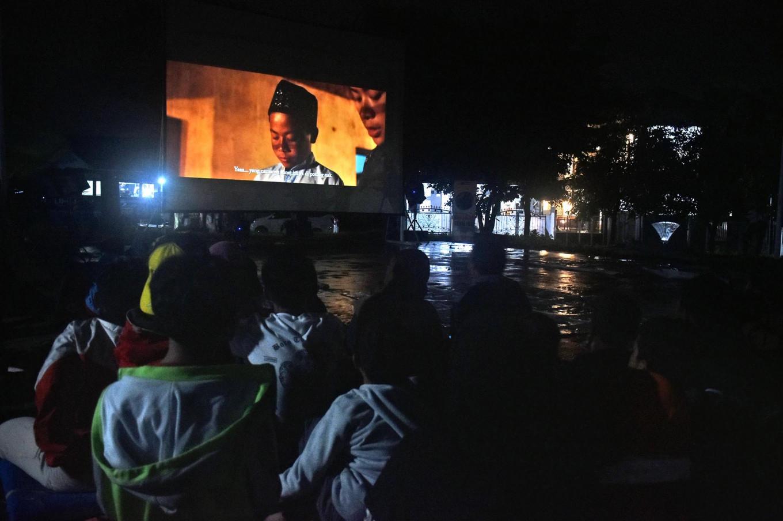 Big screen: Children enjoy a bioling screening. JP/Aman Rochman