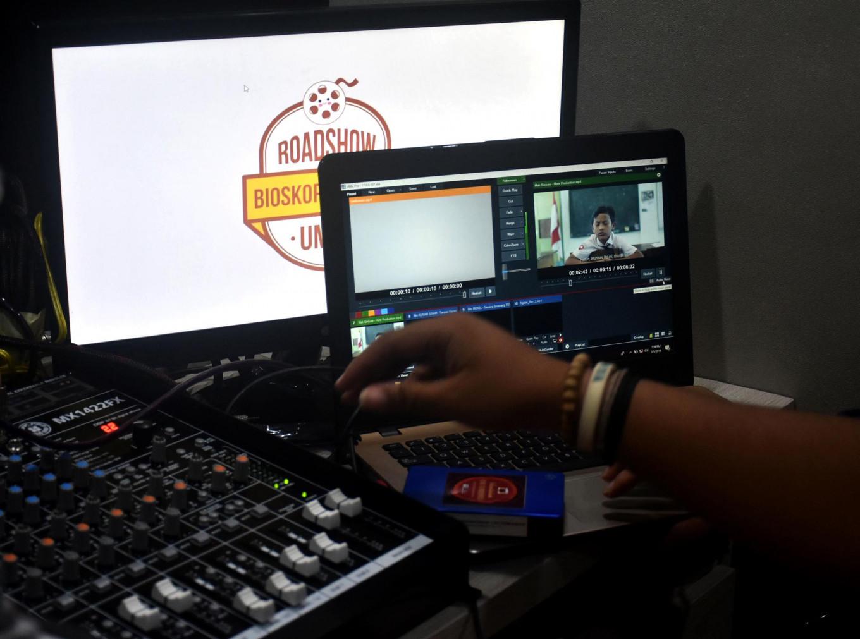 All set: Malang Muhammadiyah University students serve as operators during the bioling (mobile cinema) screening. JP/Aman Rochman