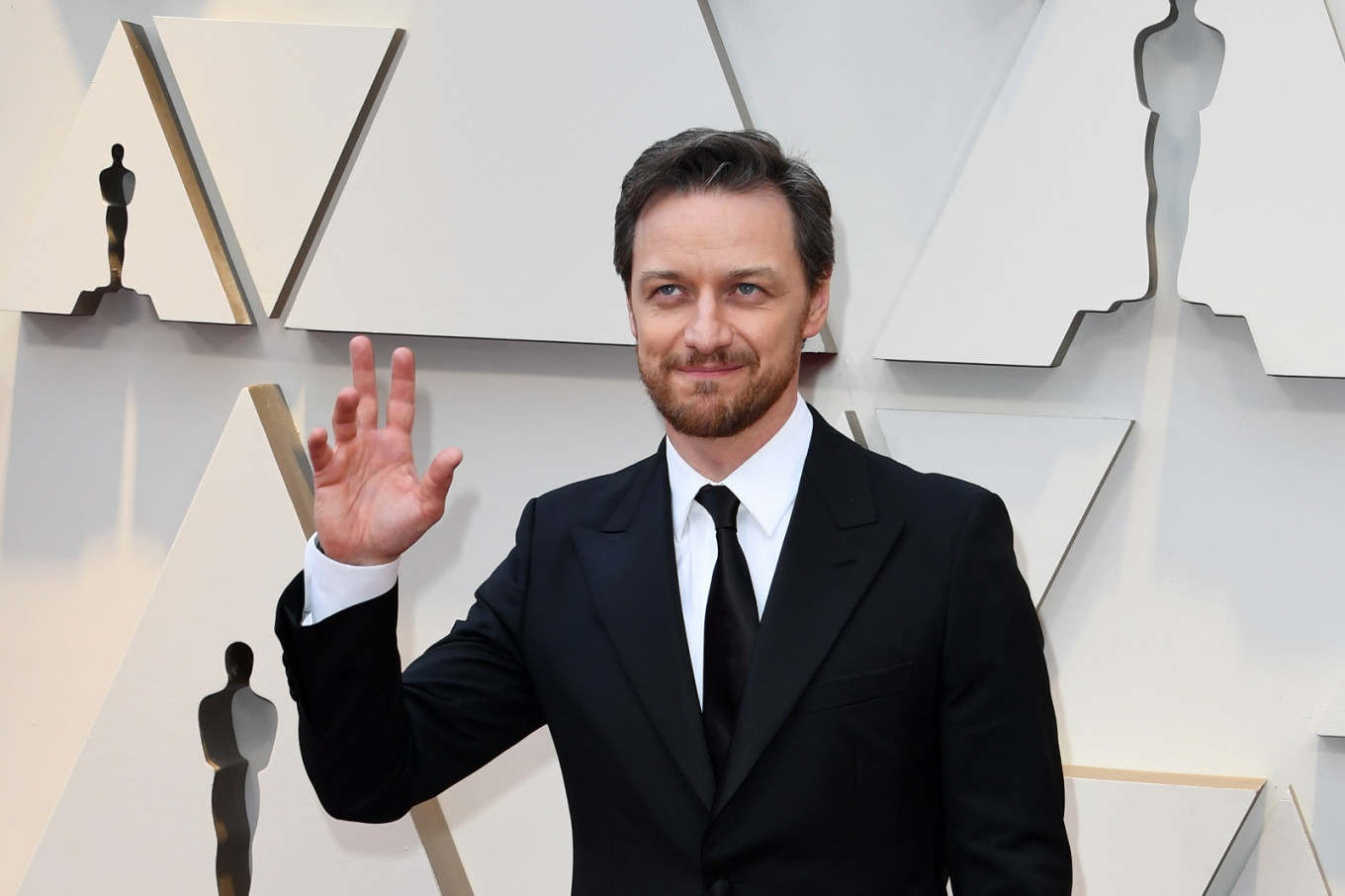 James McAvoy has celebs sign shirt at Oscars for good cause