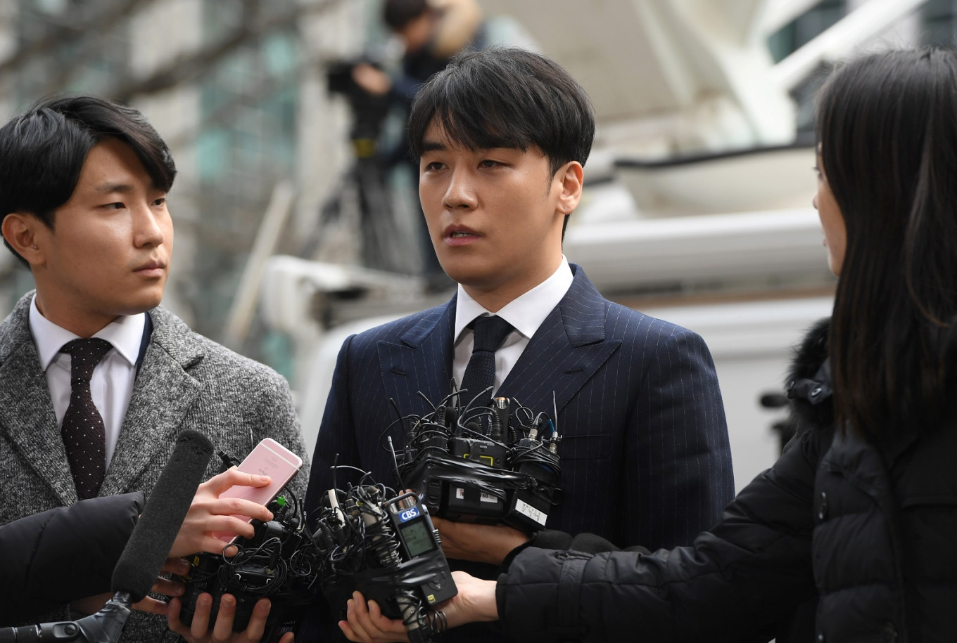 Seungri seeks to postpone enlistment, Jung surrenders 'golden' phone