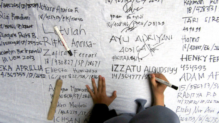 A student of Yogyakarta-based Gadjah Mada University (UGM) signs a petition to support Agni, the pseudonym of a UGM student who was allegedly raped by a fellow student in 2017, and to encourage the university to take action against sexual violence on campus.