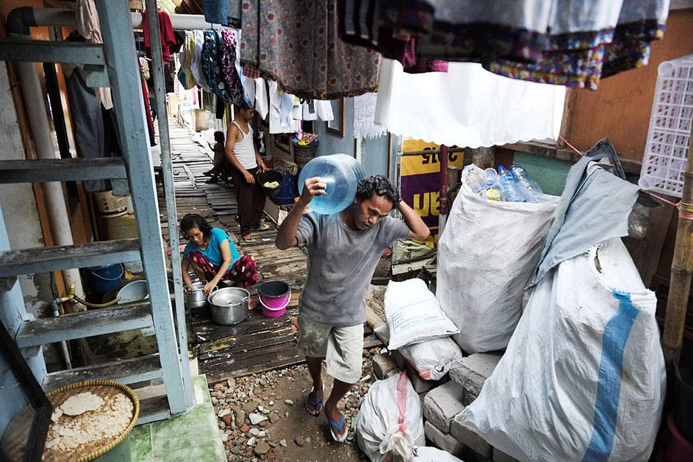 COVID-19 creeps into Jakarta's kampungs
