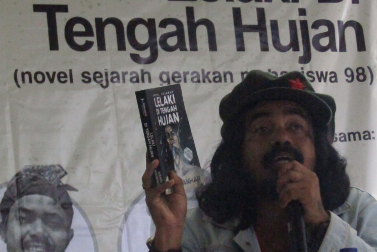 Journalist Wenri Wanhar explains his latest book 'Lelaki di Tengah Hujan' in a discussion event in Yogyakarta on Friday, March 15. His novel narrates the story of student activists in 1998.
