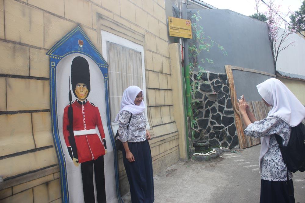 Siswa yang mengambil foto bersama gambar penjaga istana ala Kerajaan Inggris   Foto: Theresia Sufa / Jakarta Post