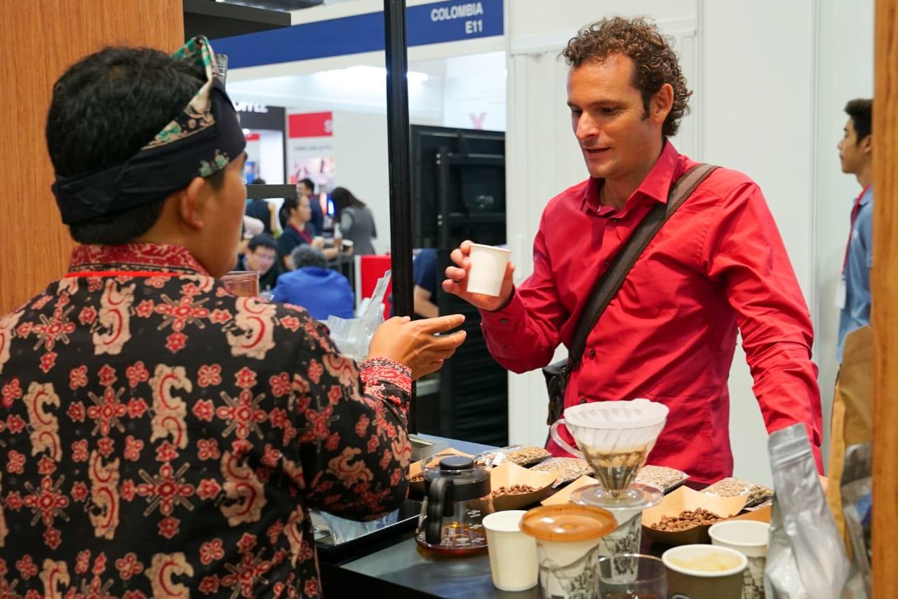 Pengunjung mencicipi kopi Indonesia di Cafe Asia Expo 2019 di Singapura, 21-23 Maret 2019. Foto: JP/Kurniawan Hari/Bank Indonesia