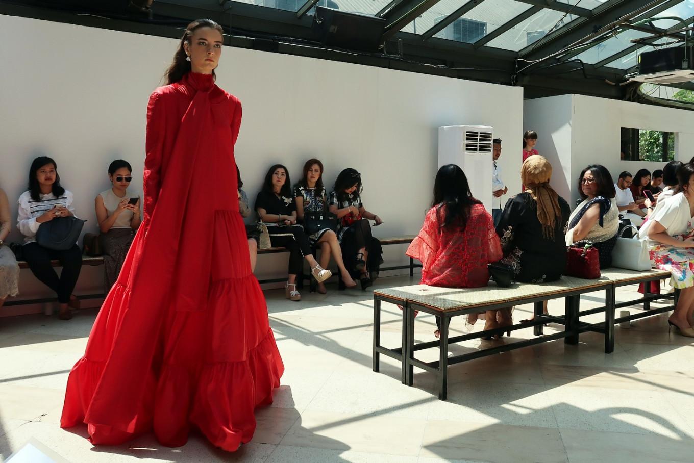 Sapto Djojokartiko's Fall/Winter 2019 fashion show kicks off with models wearing long puffy red dresses.