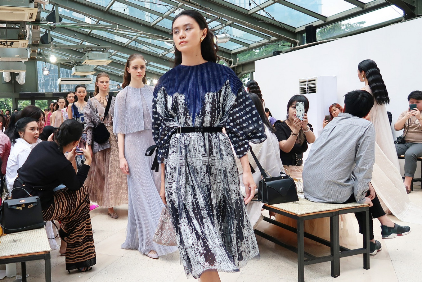 Inspired by the Sriwijaya Kingdom, Sapto Djojokartiko's Fall/Winter 2019 collection is adorned with silver and gold thread embroideries and tiny pleats.