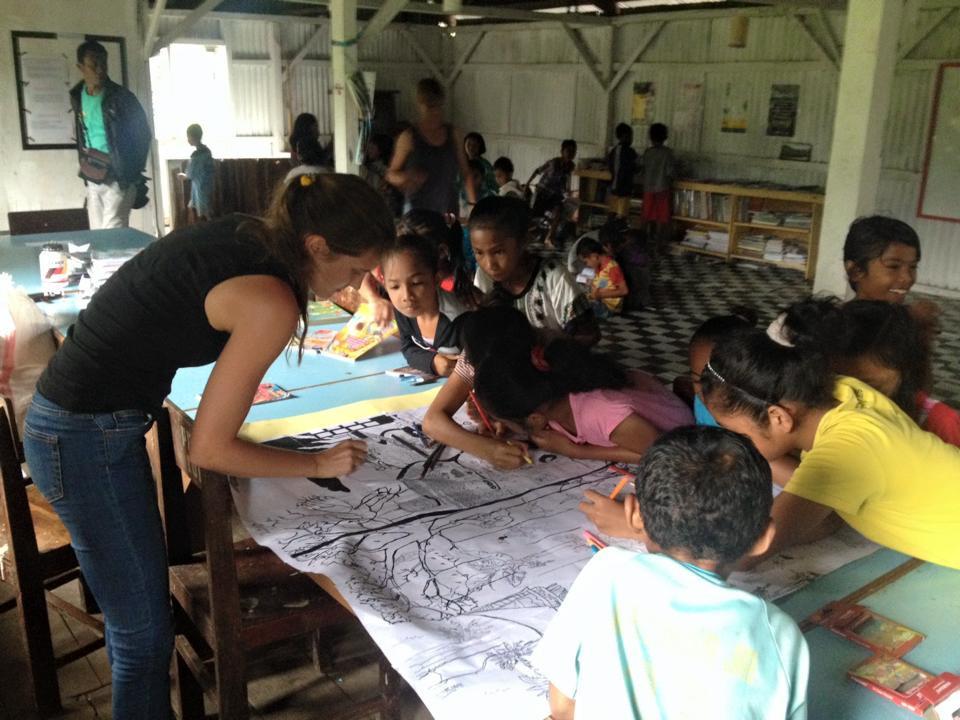 Anak-anak di Desa Detusoko belajar bersama salah satu wisatawan yang berkunjung ke desa tersebut | Foto: Hengky Ola Sura / Jakarta Post