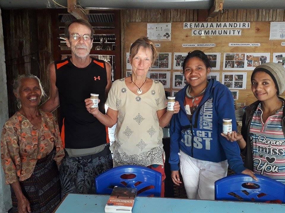Wisatawan memegang produk asli desa Detusoko |