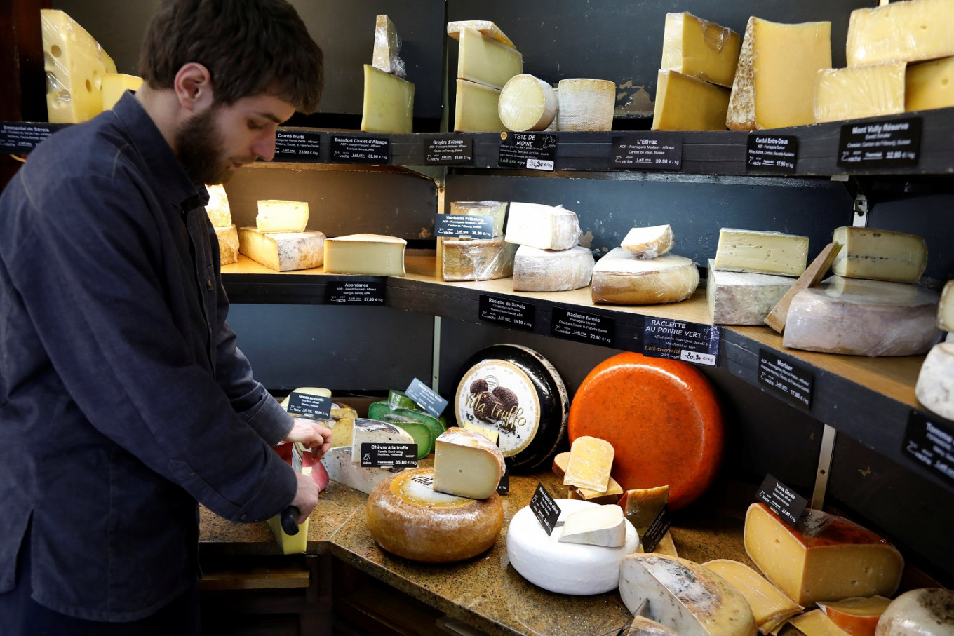 Raw milk is good for you, French cheese makers say