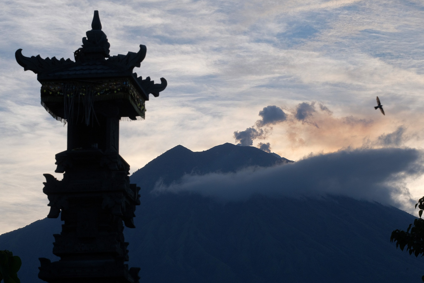 Volcano on Indonesia's Bali resort island erupts again