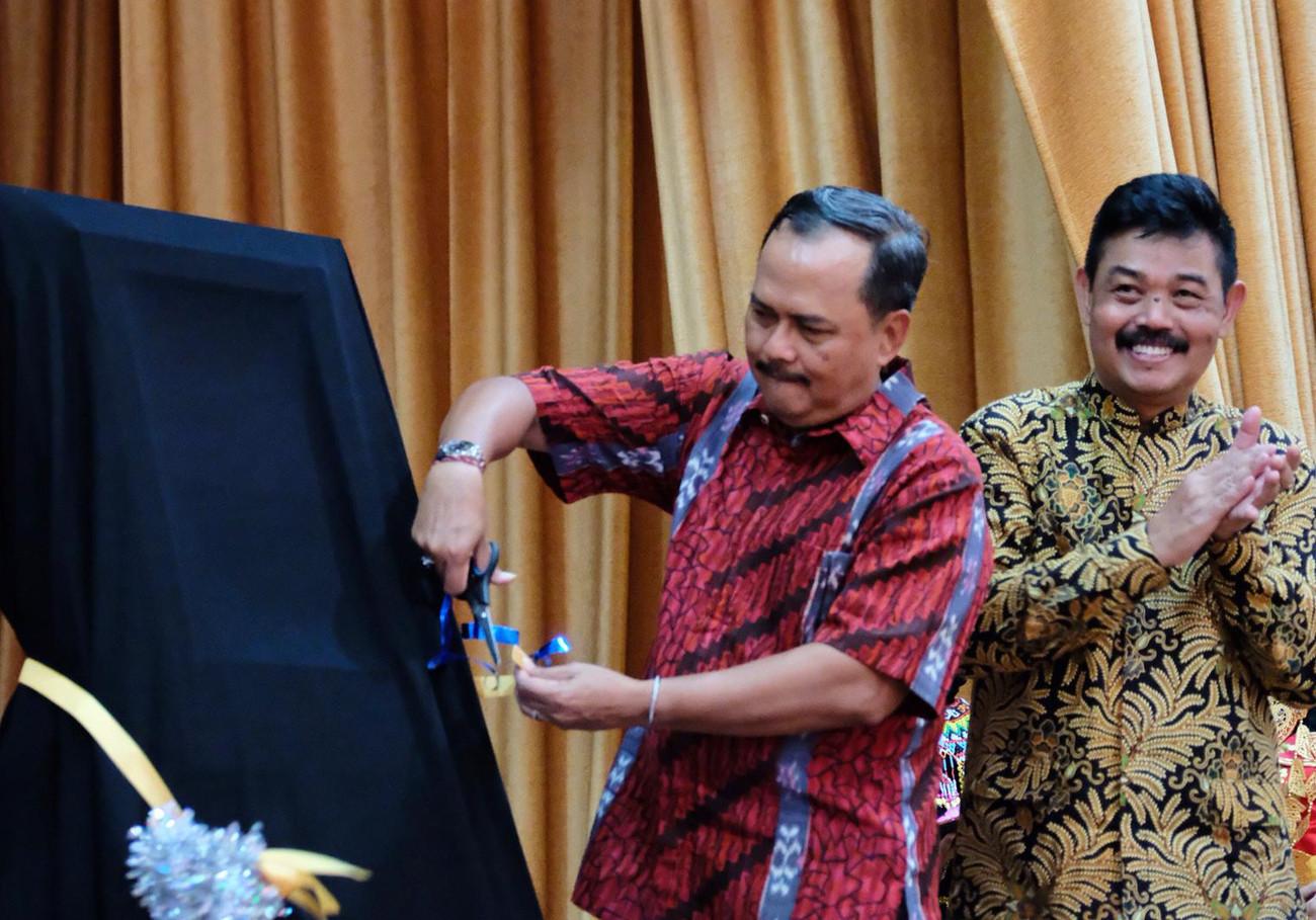Indonesian school in Singapore welcomes digital book kiosk