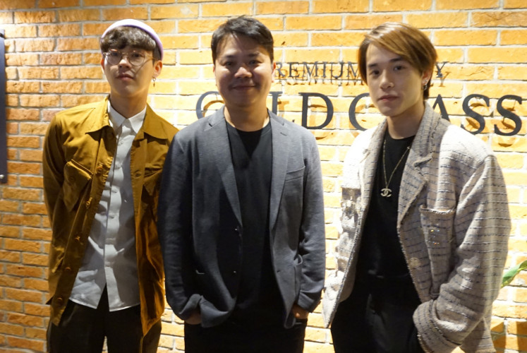 An interview session sees the participation of (left to right) Best, director Parkpoom Wongpoom and James on March 30 at CGV Grand Indonesia in Central Jakarta.