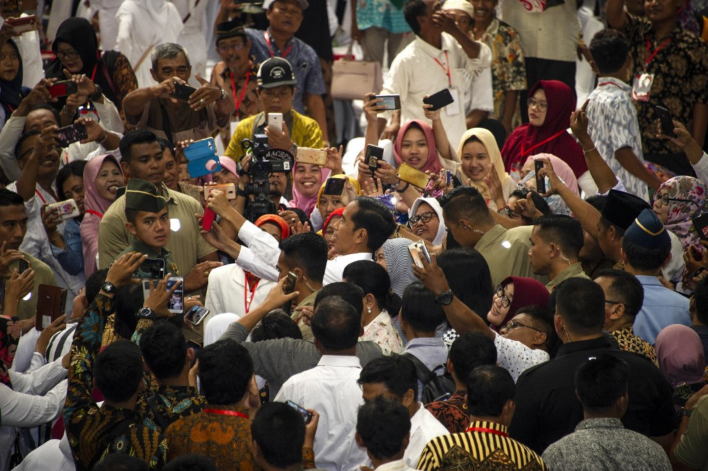 Indonesia's desperate housewives chase selfies on election trail