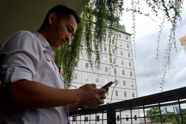 Titus, an F&B staff member at Harris Pop Hotel Surakarta, uses the Boost mobile app to learn English during his break.