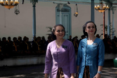 Foreign guests wear the traditional Javanese kebaya at the coronation ceremony. JP/Maksum Nur Fauzan