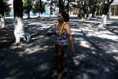 A female courtier carries a bowl of flowers. JP/Maksum Nur Fauzan