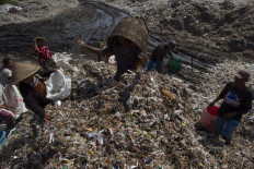 Villagers are sorting the just dumped waste based on the materials and it can be sold from Rp 500 per kilogram to Rp 1,500/kg. JP/Sigit Pamungkas
