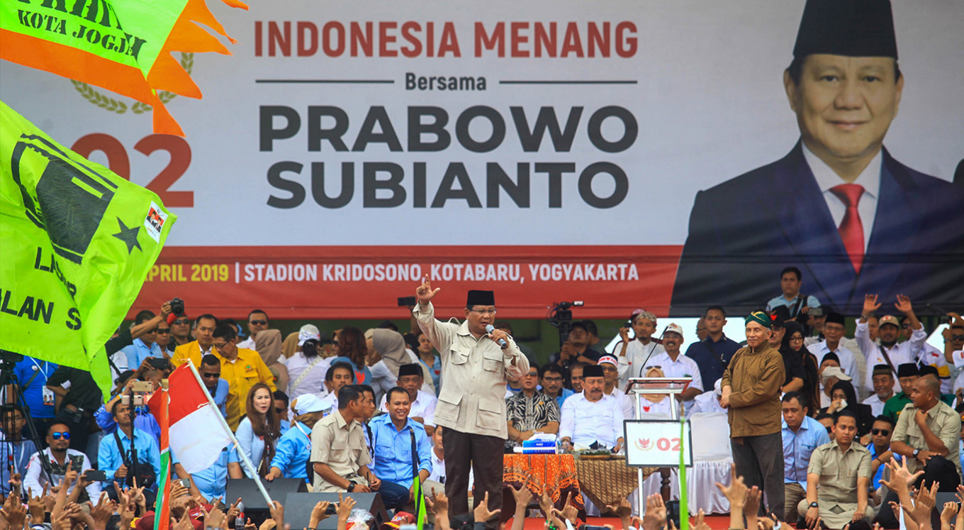 Prabowo slams podium at campaign event, calmed by Amien Rais
