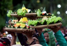 Tumpeng are carried above participants' heads before being paraded. JP/Boy T. Harjanto