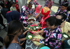 Several street vendors serve tumpeng in small portions and placed in a pincuk (plate made of banana leaf). JP/Boy T. Harjanto