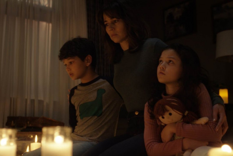 Anna (Linda Cardellini, center) is determined to save her children, Chris  (Roman Christou, left) and Samantha (Jaynee-Lynne Kinchen, right).