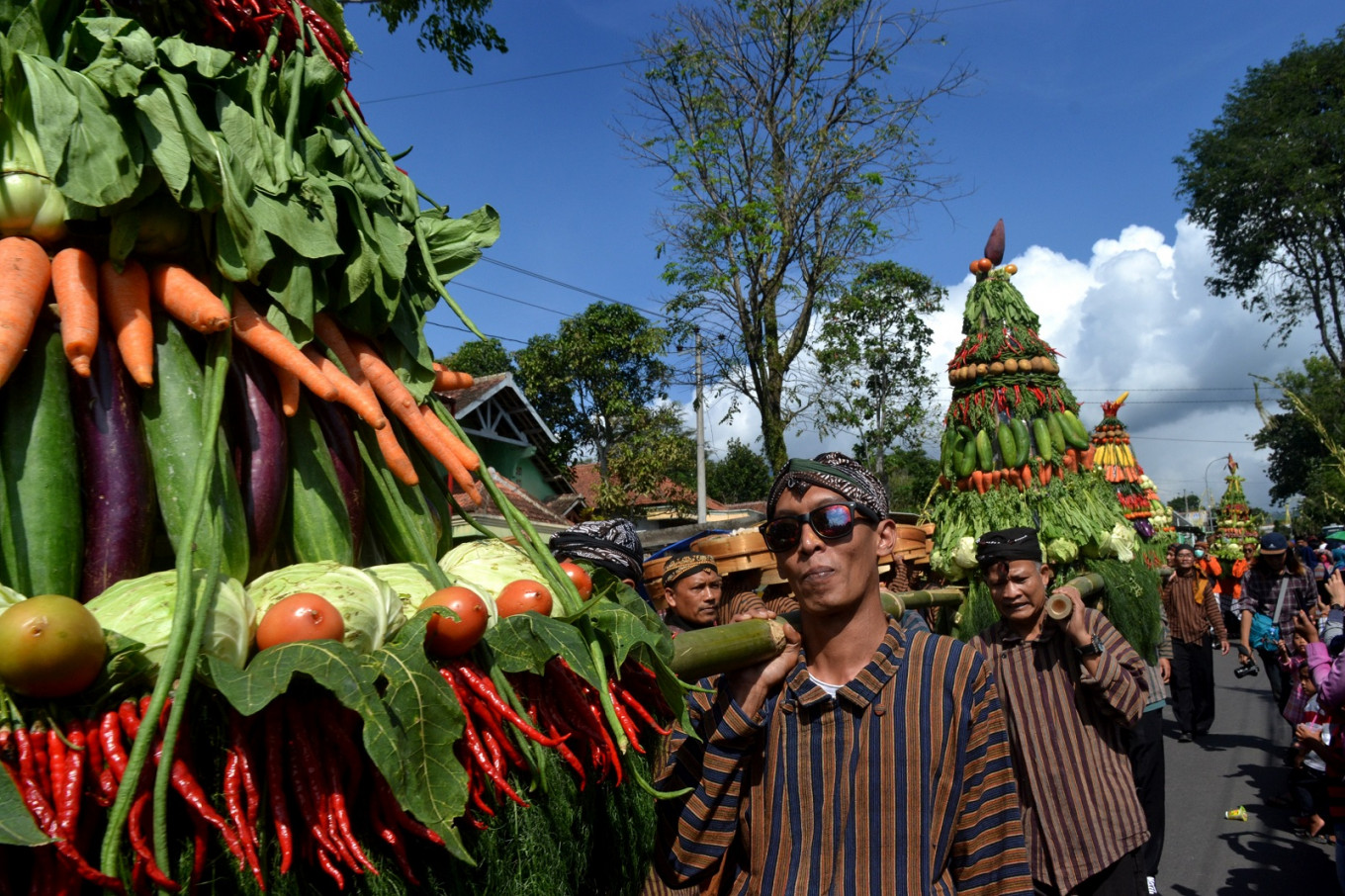 The seven gunungan of harvested food and seven gunungan of Cepogo's signature dishes are paraded at the festival.