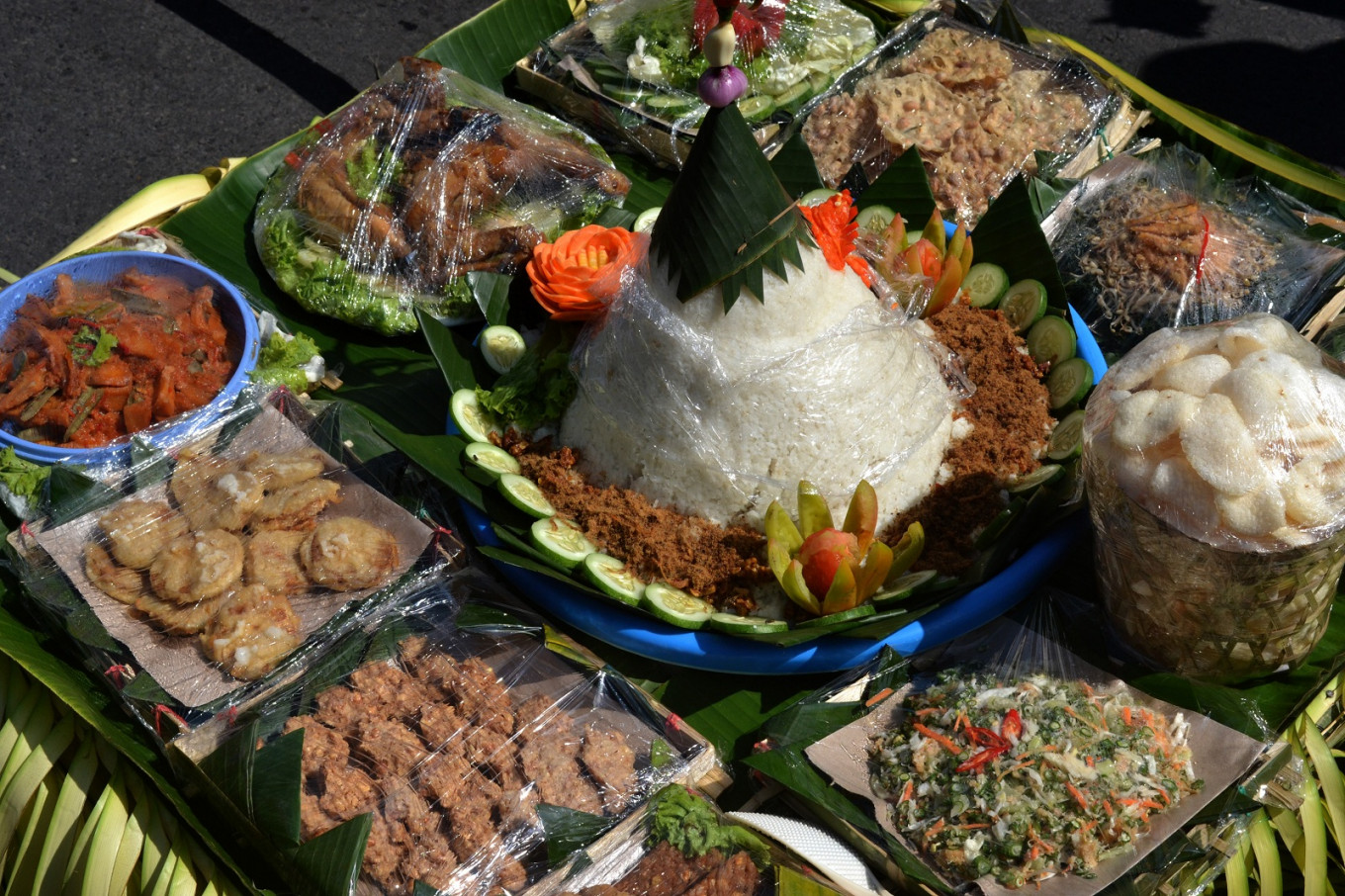 The complete set of nasi tumpeng, urap and other dishes
