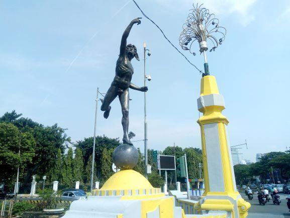 Hermes statue on Harmoni bridge is naked once again