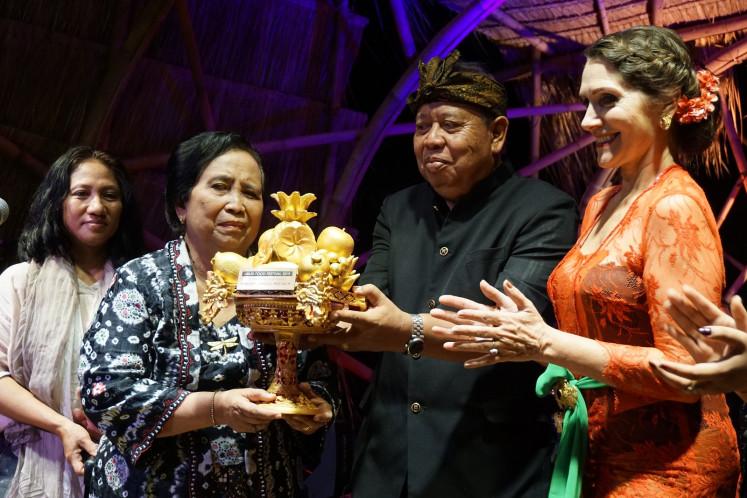 Murdijati Gardjito menerima Lifetime Achievement Award dari Ubud Food Festival di pembukaan gala pada 25 April | Foto: Ni Komang Erviani / Jakarta Post
