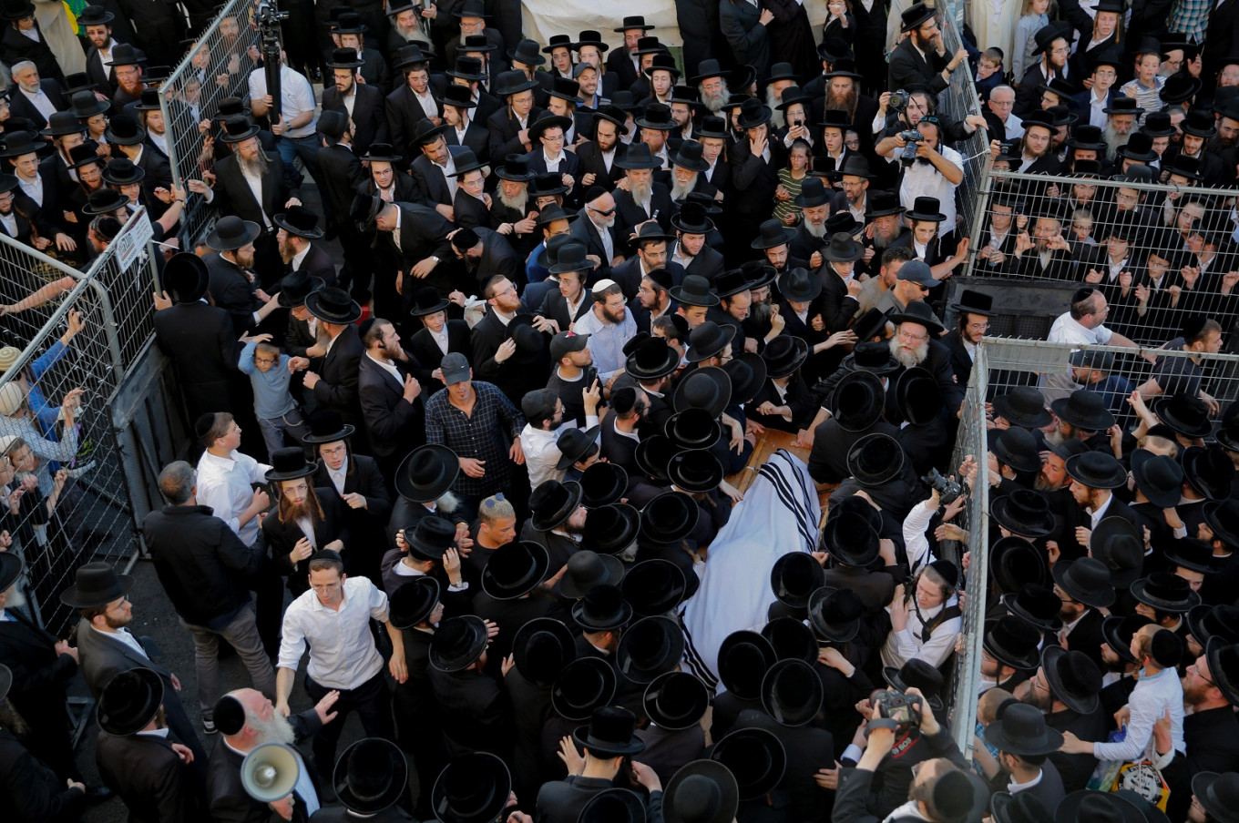 Thousands mourn revered Israeli rabbi and Holocaust survivor