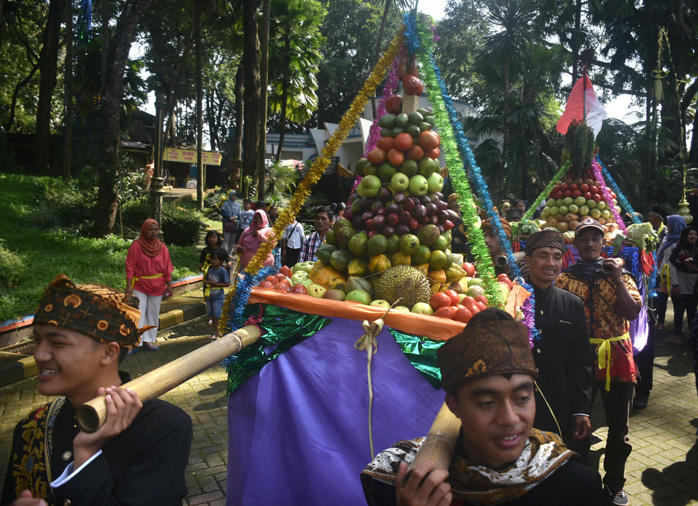 The offerings are paraded by the participants.